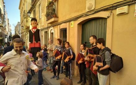 Cercavila amb la collassa de música tradicional de Can Ponsic